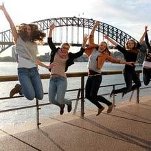 Praktikum Australien, Mädchengruppe, Brücke, hüpfen
