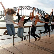 Praktikum, Australien, Maedchengruppe, Brücke, huepfen