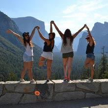 Praktikum Frankreich, Mädchengruppe, Mauer, Berge
