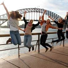 Schueleraustausch Australien, Gruppe, Bruecke, huepfen