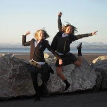 Schüleraustausch England, Schuluniform, Mauer, springen