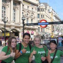 Schüleraustausch England, Freundinnen, U-Bahn, Daumen hoch