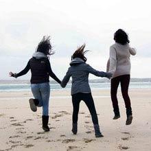 Schueleraustausch, Irland, Freundinnen, Strand, springen