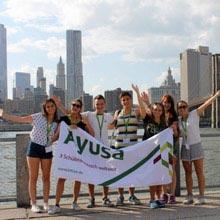 Schüleraustausch USA, NYC, Gruppe, Skyline, Ayusaschild