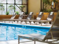 au-pair-usa-orientation-pool-hotel