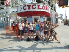 schueleraustausch-usa-new-york-coney-island-achterbahn-cyclone-gruppe