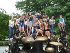 schueleraustausch-usa-new-york-gruppe-auf-alice-wonderland-statue-pilze